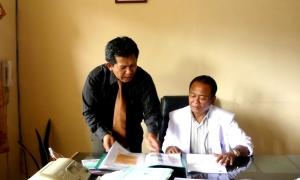dr Eddy Tarukallo serius menerima penjelasan Samiun Achmad
