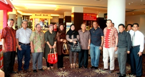"""Direksi & Anggota BPA ,KC,Wakawil,Foto Bersama sebelum makan """"Coto Makassar"""" dalam sesi Wisata Kuliner"""