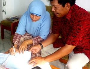 Ny.St.Hasnah( isteri alm Bpk.Sudirman )  menanda tangani kuitansi klaim