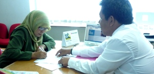 Nurindah Sari menandatangani Dokumen Klaim disaksikan Samiun Achmad ( KC,Metropolitan Panakukang Makassar)
