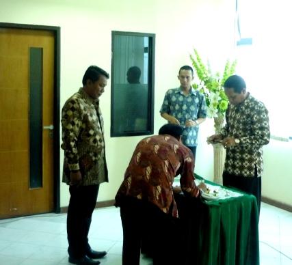 Andi Syahran menandatangani Berita Acara disaksikan Muchsin,SE.(Kawil)