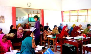 Guru guru menyimak penjelasan Mitra Guru