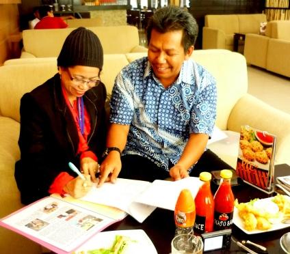 PY Marina Menandatangani dokumen Klaim disaksikan Samiun