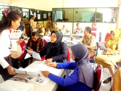 Waode membagikan formulir pendaftaran