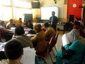 Samiun memberikan presentasi Mitra Guru