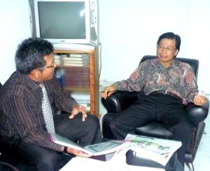 Samiun berinteraksi dengan Bpk Rektor UKIP Prof.DR.Pasolang Pasapan,SH.MH.