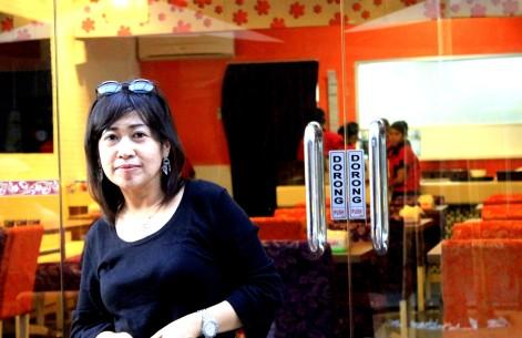 Hj Isnaeni Ismail dan latar HOT Plate Platinium - Mall Ratu Indah Makassar