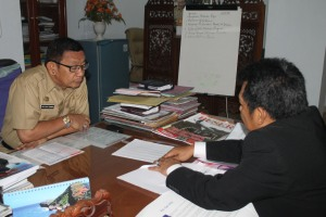 Samiun memberi penjelasan Mitra Guru ke Sekda Muh Yusuf Sommeng