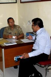 Samiun Achmad ( KC.Panakukang ) berbincang dgn Sek.Lurah Musri.M.Sos.