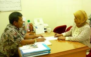 Ny Rusnawati menandatangani Dokumen Klaim disaksikan KC Samiun