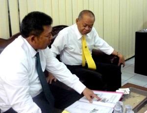 Samiun memberikan penjelasan ke Bpk Prof.DR.H.Andi MunarfahM MS ( Dekan Fak ekonomi UNM )