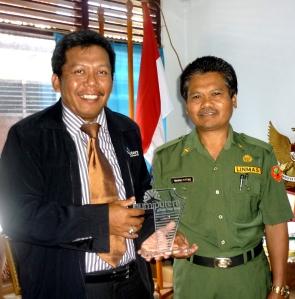 Samiun menyerahkan Plakat Bumiputera kepada Bpk Yohannis Titting ( Kadis Pendidikan Tana Toraja)