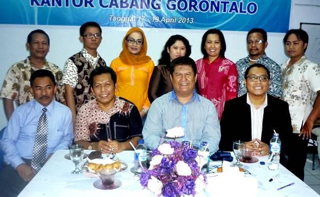 Kawil Bambang Taruno foto bersama Staff KC Gorontalo