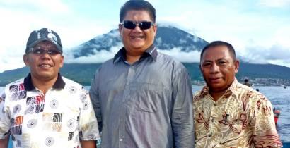 Samiun,Bambang Taruno,Ali Ismail dengan latar Pulau Ternate (Gunung Gamalama)