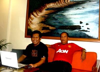 Samiun dan Asmiun santai di Hotel Sutan Raja mempost kegiatan Sosialisasi di jaringan Internet
