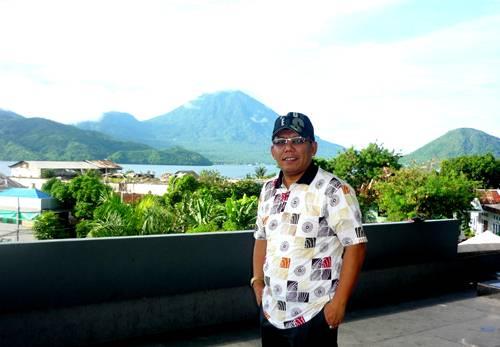Didepan Hotel Bela Internasional dengan latar Pulau Maitara dan Tidore