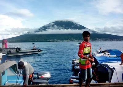 Keindahan Gamalama Mountain - Ternate  , 12 Mei 2013 dai view  Tidore Island. - Keindahan yang berbeda...!