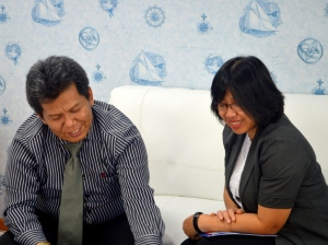 Santai - Ibu Niken menerima penjelasan Samiun soal BP Link Bumiputera